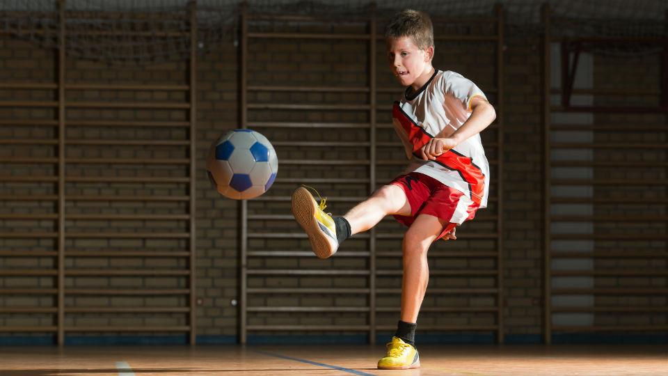 Menendang menggunakan kaki bagian dalam membuat bola jadi lebih mudah dikontrol